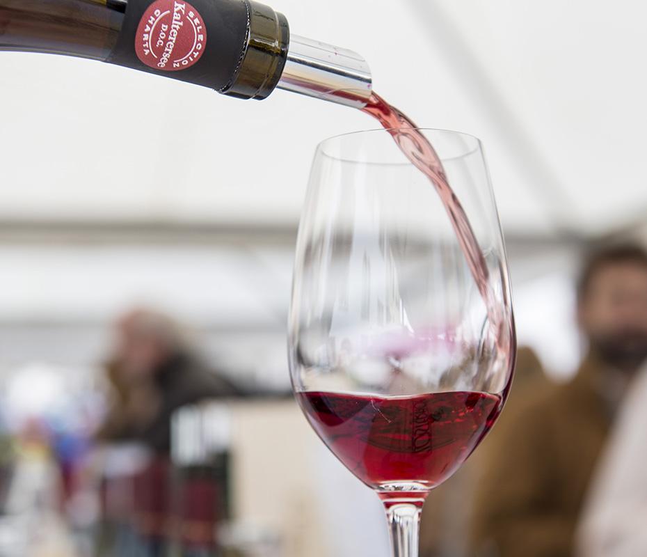 Weinkultur - Wine being poured into wine glass